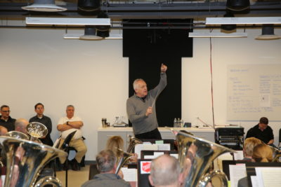 Bramwell Tovey conducts an open rehearsal of the Chicago Staff Band